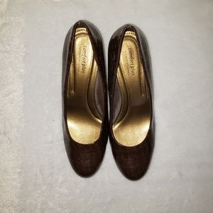 Comfort Plus brown aligator like patterned heel 9